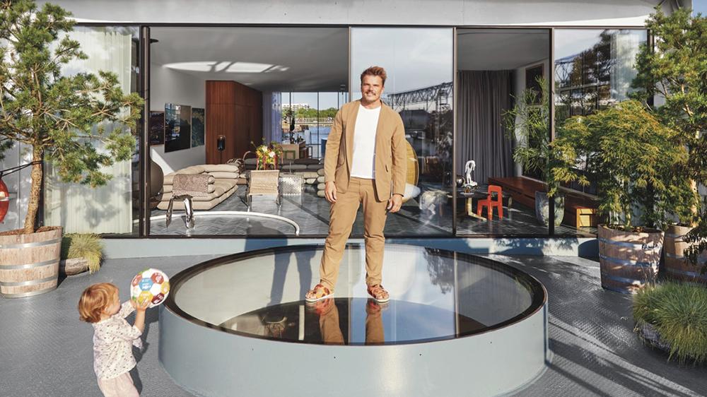 حول المهندس المعماري الدنماركي، بيارك إنجلز، هذه العبّارة التجارية إلى منزل عائم لعائلته.
