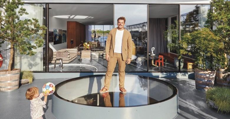 Photo of معماري دنماركي يحول سفينة إلى قصر عائم لعائلته وزنه 450 طنًا