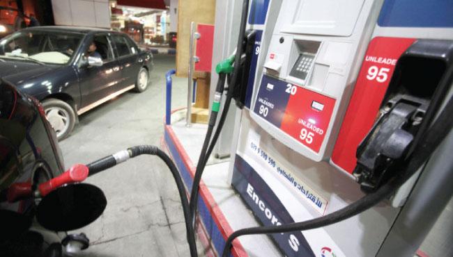 مركبة تتزود بالوقود من محطة محروقات في عمان - (الغد)