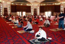 مصلون يؤدون صلاة الجمعة في أحد مساجد عمان- (أرشيفية)