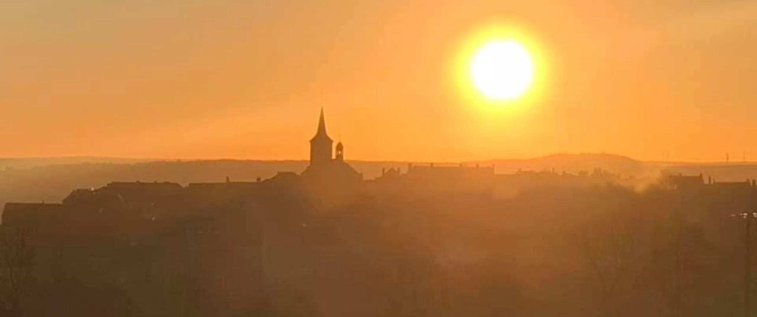 A sun that dominates Flavigny, the most beautiful village in France, spend a quiet stay in a charming house in Burgundy