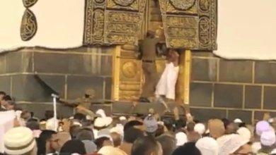 صور.. رجل يحاول فتح باب الكعبة أثناء الحج والشرطة السعودية تعتقله