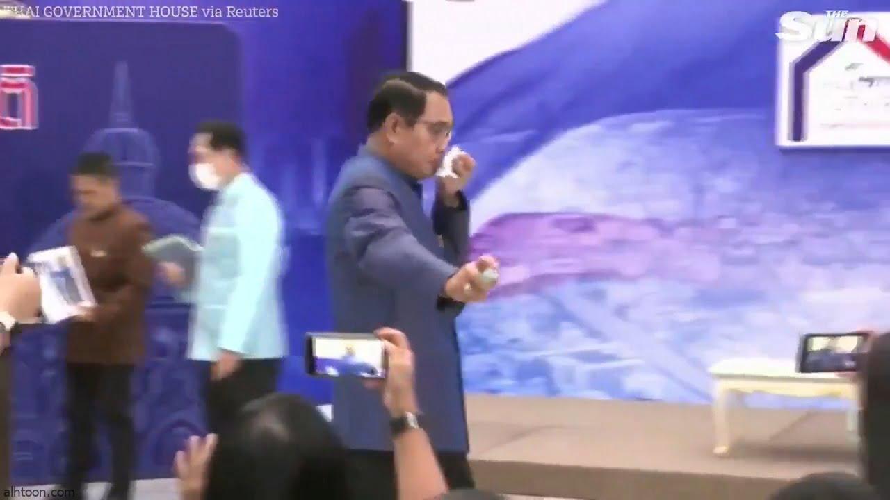 شاهد: رئيس وزراء تايلند يرش الصحفيين بكحول - صحيفة هتون الدولية