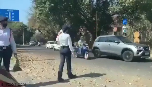 فيديو: شرطية تنظم المرور بمساعدة رضيعتها بالهند - صحيفة هتون الدولية