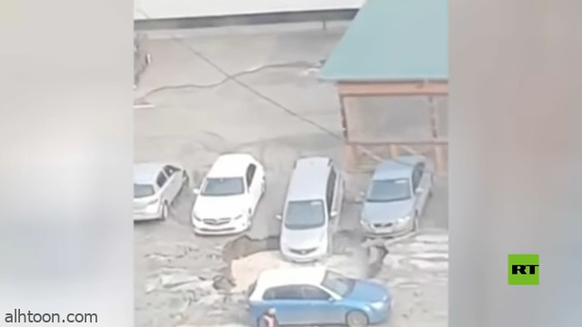 شاهد: حفرة مياه تبتلع سيارات - صحيفة هتون الدولية