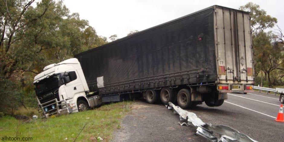 شاهد: انقلاب شاحنة بعد صدمها سيارة - صحيفة هتون الدولية