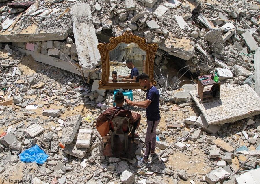 شاهد: حلاق يعمل وسط أنقاض غزة المدمرة - صحيفة هتون الدولية