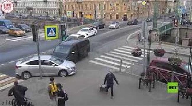 شاهد: تصادم مركبة للوفد القطري بروسيا - صحيفة هتون الدولية