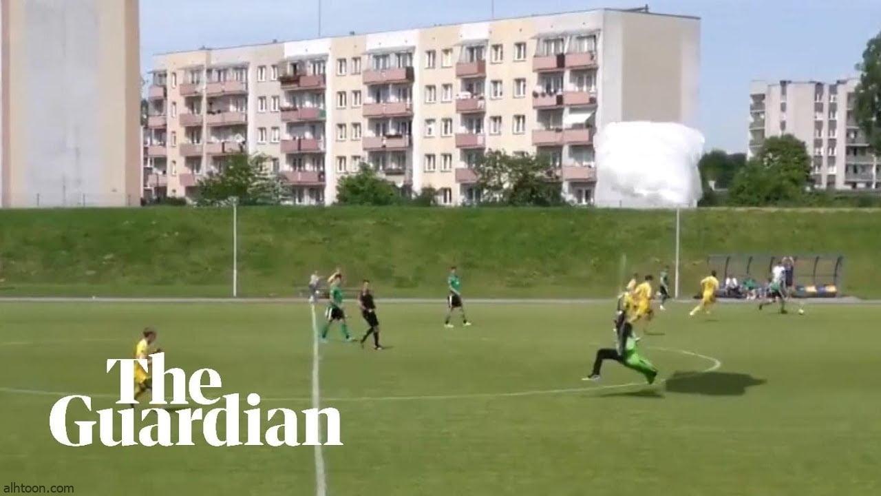 شاهد: مظلي يفاجئ لاعبي كرة قدم - صحيفة هتون الدولية