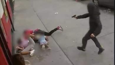 شاهد: طفلة تفادي شقيقها من طلقات رصاص - صحيفة هتون الدولية