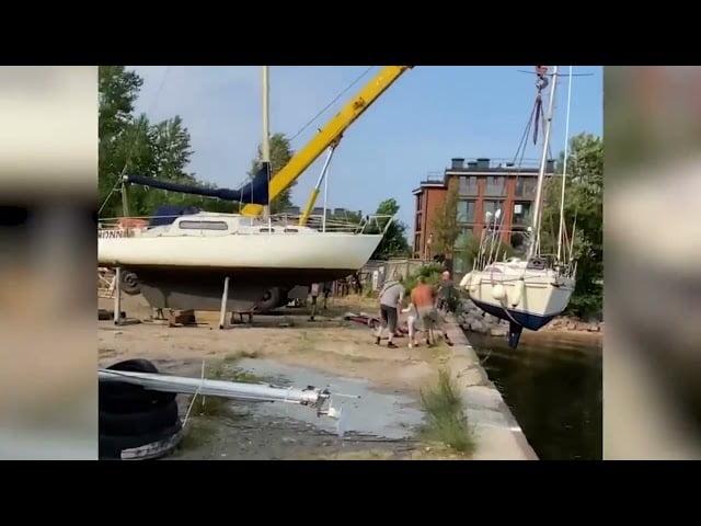 فيديو .. محاولة فاشلة لإنزال قارب في الماء - صحيفة هتون الدولية