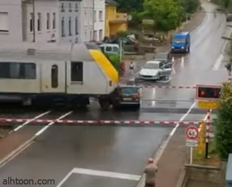 شاهد: تعطل مركبة فوق سكة قطار .. وهذا ماحدث! - صحيفة هتون الدولية