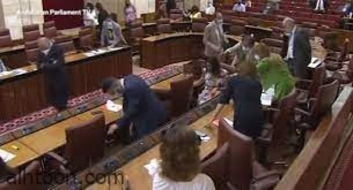 فأر يقتحم جلسة البرلمان ويثير فوضى بين النواب -صحيفة هتون الدولية