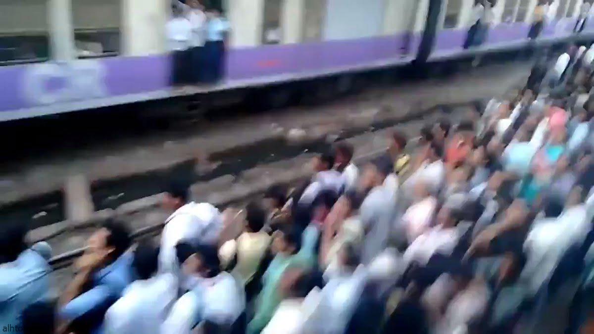 شاهد: الزحام في محطة القطار بمومباي - صحيفة هتون الدولية