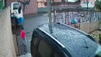 شاهد: رجل ينقذ طفل من الدهس في اللحظات الاخيرة - صحيفة هتون الدولية