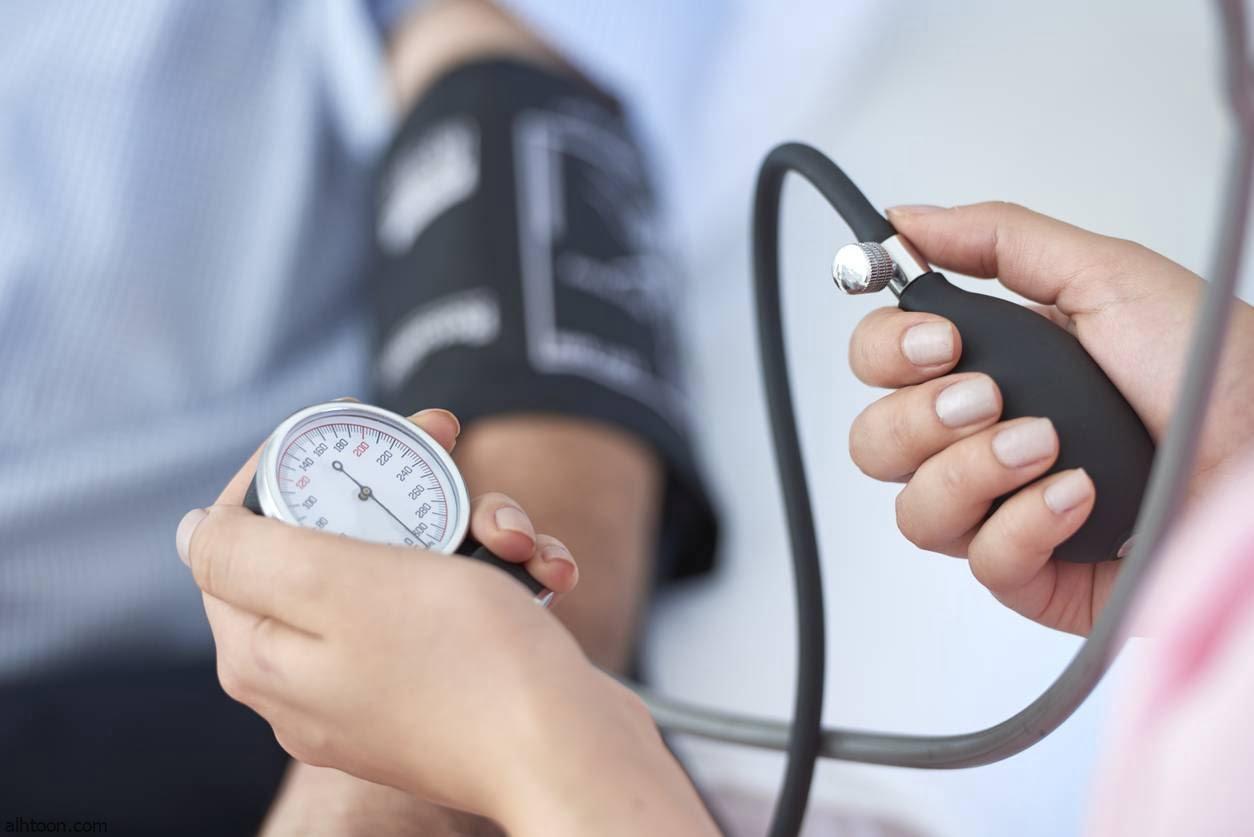 ضغط الدم هو قوة دفع الدم على جدران الأوعية الدموية التي ينتقل خلالها لإمداد كافة أنسجة الجسم وأعضائه بالغذاء والأكسجين والماء والإنزيمات فيما يعرف بالدورة الدموية. تبدأ الدورة الدموية مع انقباض عضلة القلب ليدفع بقوة كل محتوياته من الدم، فتنتقل بدورها من القلب إلى الشريان الأبهر أضخم شرايين جسم الإنسان ومنه إلى بقية الشرايين، ثم ينبسط القلب ليسمح بامتلائه بكمية جديدة من الدم المعبأ بالأكسجين لينقبض من جديد دافعا بشحنة جديدة إلى الشريان الأبهر مرة أخرى، وهكذا دواليك. تبين الإحصاءات الطبية الأهمية الكبرى للحفاظ على ضغط الدم بحيث يكون في المتوسط 115/75 مليمتر زئبق، وأن زيادته عن هذا الحد تؤدي إلى إجهاد القلب والكلى، وقد يؤدي ارتفاعه إلى سكتة دماغية أو العقم المبكر عند الرجال.