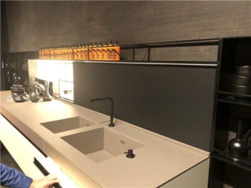 kitchen sink farmhouse subway tile backsplash 如何选择适合你的厨房水槽 国内要闻 建材网 圆形水槽真的很受欢迎 它们看起来很别致 而且它们非常通用 因为它们可以容纳各种不同形状和大小的碗碟 锅碗瓢盆 它们通常不小但不是很大 它们有各种不同的材料