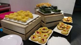 Kudapan yang tersedia sepanjang acara, beserta makanan dan minuman enak lainnya