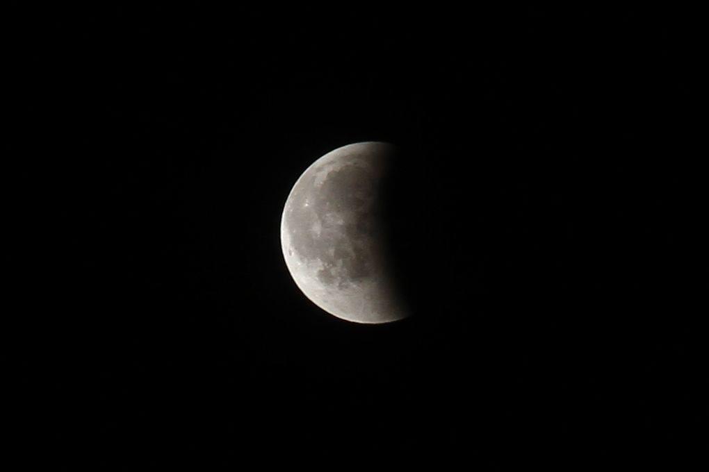 Réveil survolté sous l'éclipse de lune