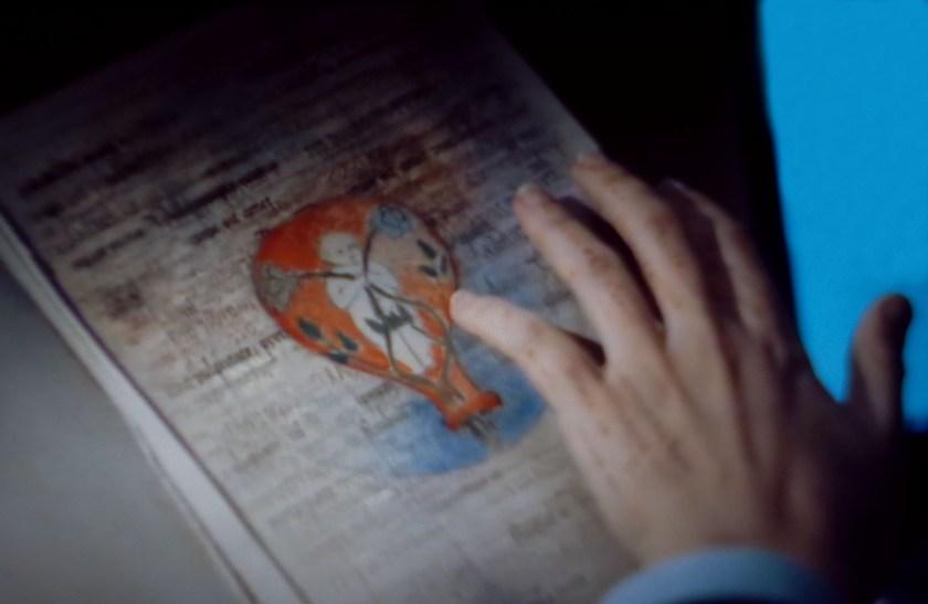 Les mots courent sur la main de Diana. Image de l'enfant alchimique du livre de la vie.