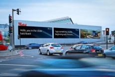S1-insolite-ce-panneau-publicitaire-reconnait-votre-voiture-382700