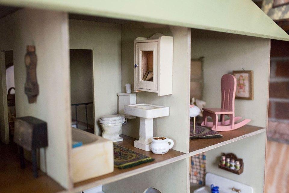 Antique-Dollhouse-Bathroom