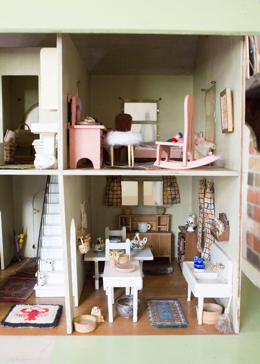 Interior-Antique-Dollhouse-Kitchen-and-Bedroom