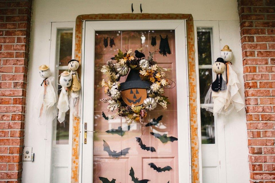 Cute-Vintage-Inspired-Halloween-Front-Door