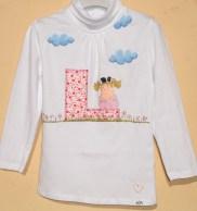 Camiseta con inicial de nombre aplicada y dibujos pintados a mano, para Laia.