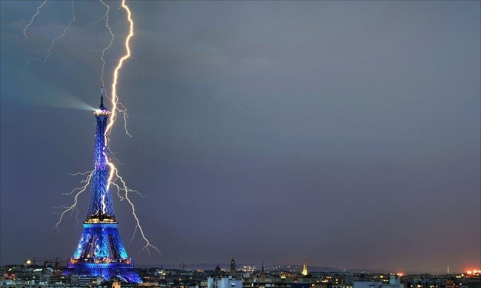 incredible-lightning-strikes-eiffel-tower