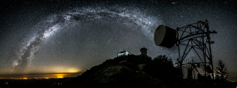 Meteors, Andromeda and the Milky Way Dazzle in Amazing Photo