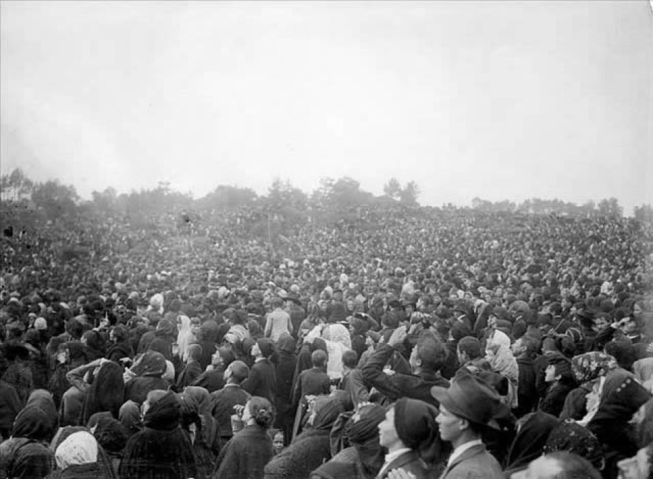 Crowd looking at the sun during the event