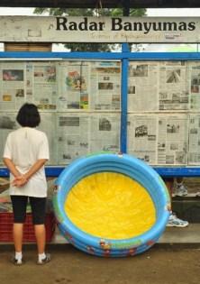 Membaca koran.