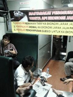Penumpang KA Progo, Jumat (5/4) malam melakukan aksi protes di gerbong dengan memasang spanduk berisi pernyataan sikap mereka atas rencana kenaikan harga tiket kereta api ekonomi.