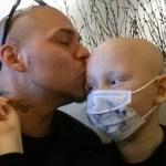 ¿Recuerdan al padre que se tatuó la cicatriz de su hijo para apoyarlo? La historia acaba de tener un giro dramático que nos ha desgarrado el corazón a todos.