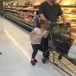La niña iba por toda la tienda pegada de él, cual miraron de cercan la razón era imperdonable