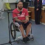 Un nuevo tratamiento permite a un hombre con lesiones en la médula espinal levantarse y mover las piernas