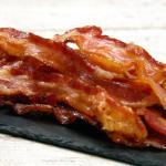 Asocian el consumo de bacon y perritos calientes con el riesgo de sufrir episodios maníacos