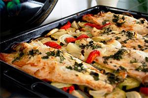 Lubina con vegetales al horno