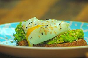 Tostada de pan de centeno con aguacate y huevos escalfados