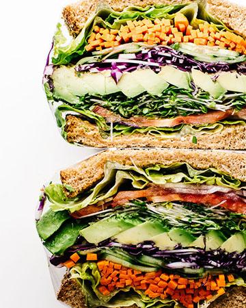 sandwich vegetariano con alfalfa, zanahoria y pepino