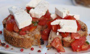 Bruschete cu roşii si brânză