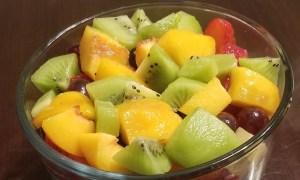 Salată de kiwi şi piersici
