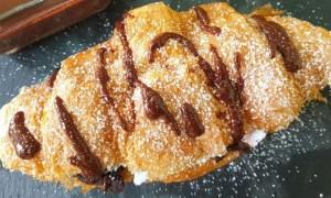 Croissant cu cremă de ciocolată