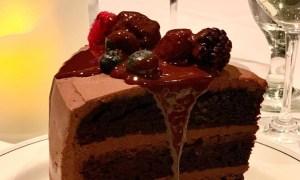 Prăjitură cu ciocolată şi fructe de padure