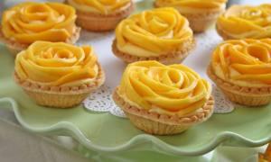 Mini tarte cu cremă de mango