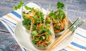 Salată cu morcov, ceapă şi dressing asiatic