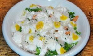 Salată de ouă cu pui şi caşcaval