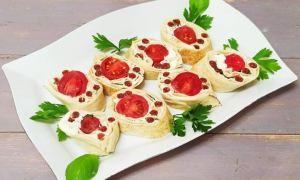 Tartine cu brânză şi roşii