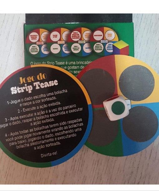 Acompanha 5 cards redondos cada um com 4 raspadinhas cada uma com 1 posição 1 Dado com cores Modo de usar: Jogue o dado, escolha um card e raspe a cor sorteada( no dado). Execute a ação exibida.
